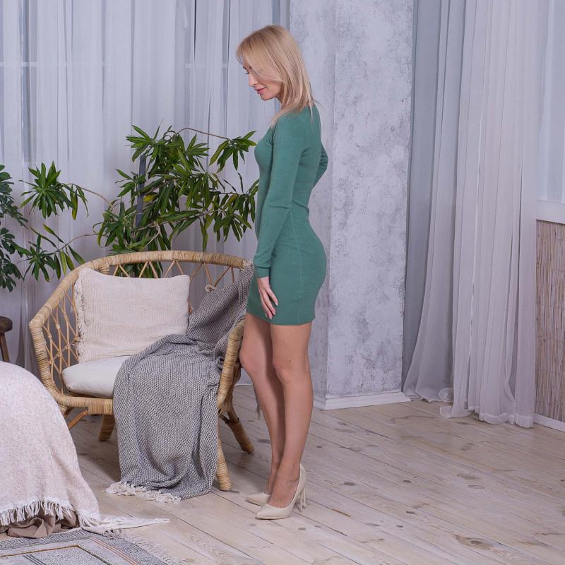 Зеленое платье по фигуре с красивым декольте в стразах CV332